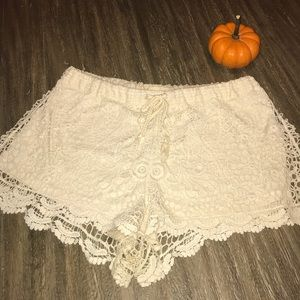Iris Los Angeles . Crochet Shorts . size xl